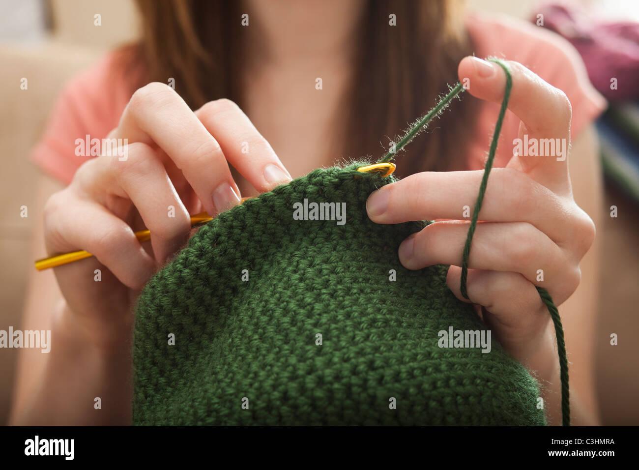 Junge Frau stricken Wollmütze Stockbild