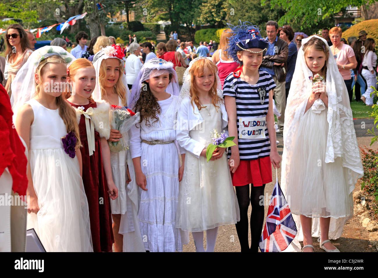 Mädchen im frühen Teenageralter gekleidet in Hochzeiten Kleider auf ...