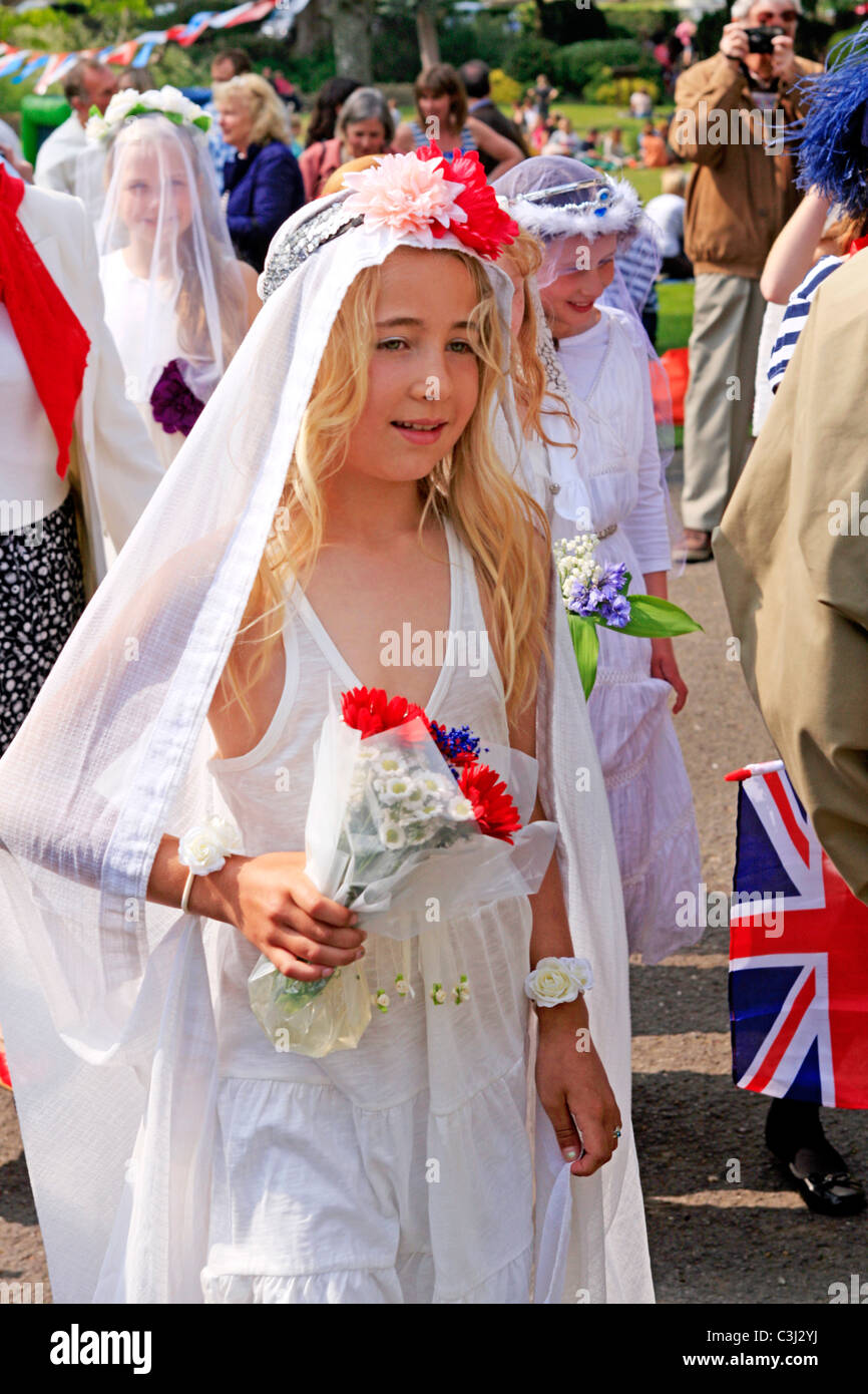 Frühen Teenager Mädchen gekleidet in Hochzeiten Kleider auf einer ...