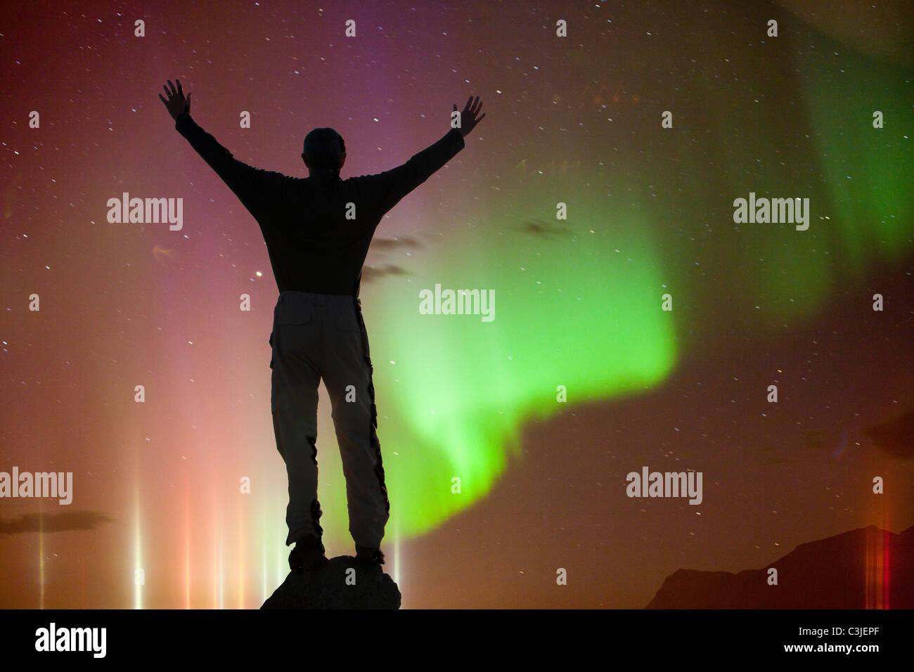 Das Nordlicht oder Aurora Borealis über Islands Südküste in Skaftafell mit einem Silhouette Mann. Stockbild