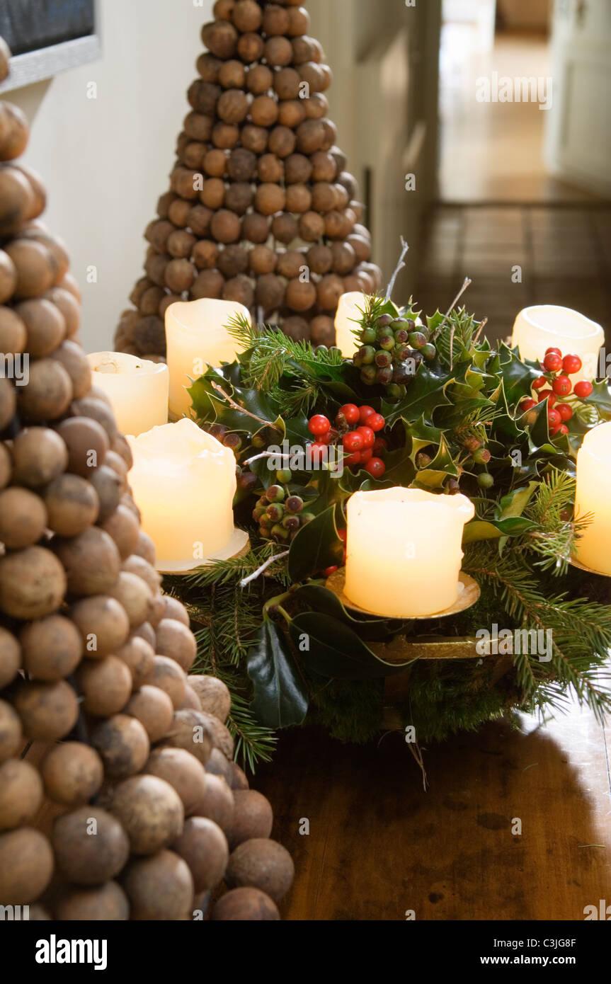 Festliche Kerze Dekoration auf Tisch mit Nuss-Pyramiden Stockbild