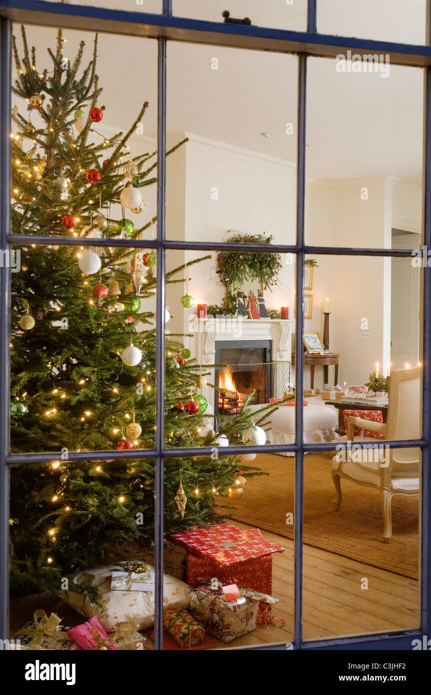 Blick durch regency Fenster durch festliche Wohnzimmer mit Weihnachtsbaum Stockbild