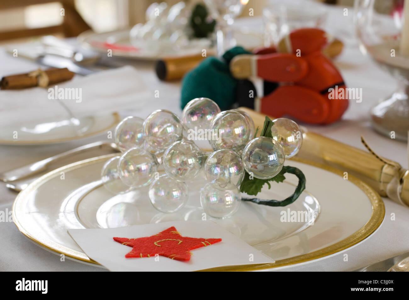 Festliche Tafel Gedeck mit Cracker und Glas Weihnachtskugeln Stockbild