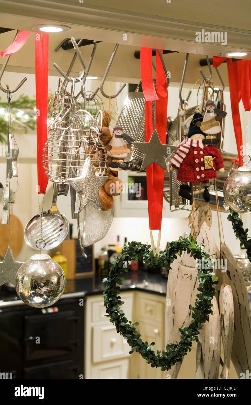 Küche-Utensil Rack mit Red Ribbon und festliche Dekorationen geschmückt Stockbild