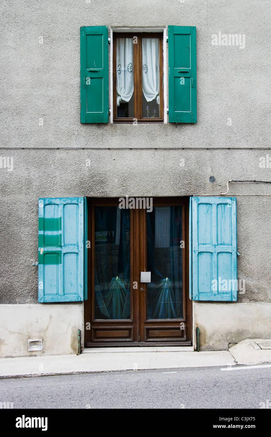 Frankreich, Saint-Barthélemy-Grozon, Ardèche, Haus mit Tür und Fenster Stockbild