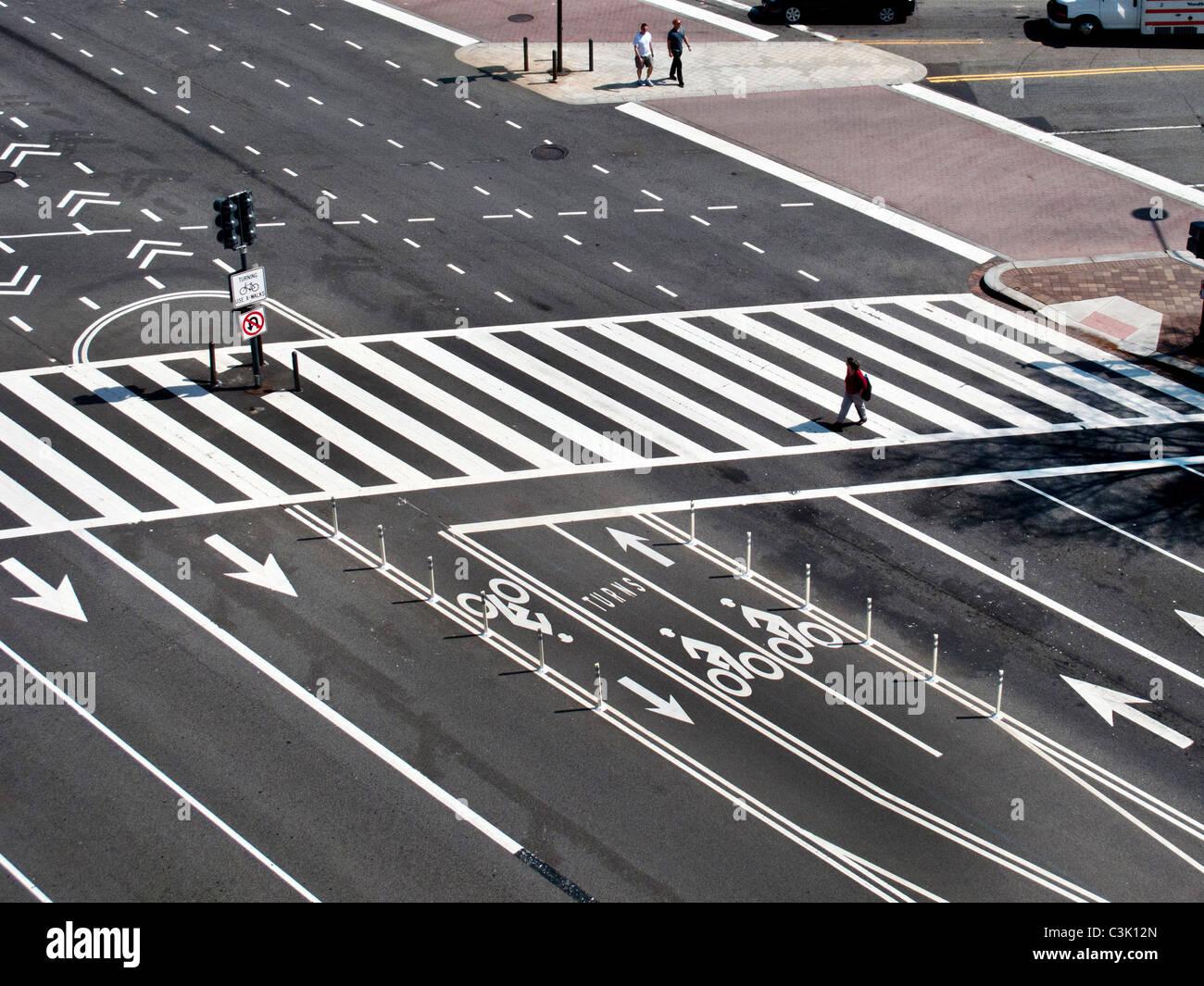 Fahrstreifen Richtung und einem Fußgänger Zebrastreifen auf Constitution Avenue in Washington, D.C. Stockbild