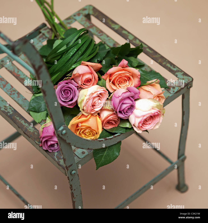 Rose Bouquet auf Stuhl, Nahaufnahme Stockbild
