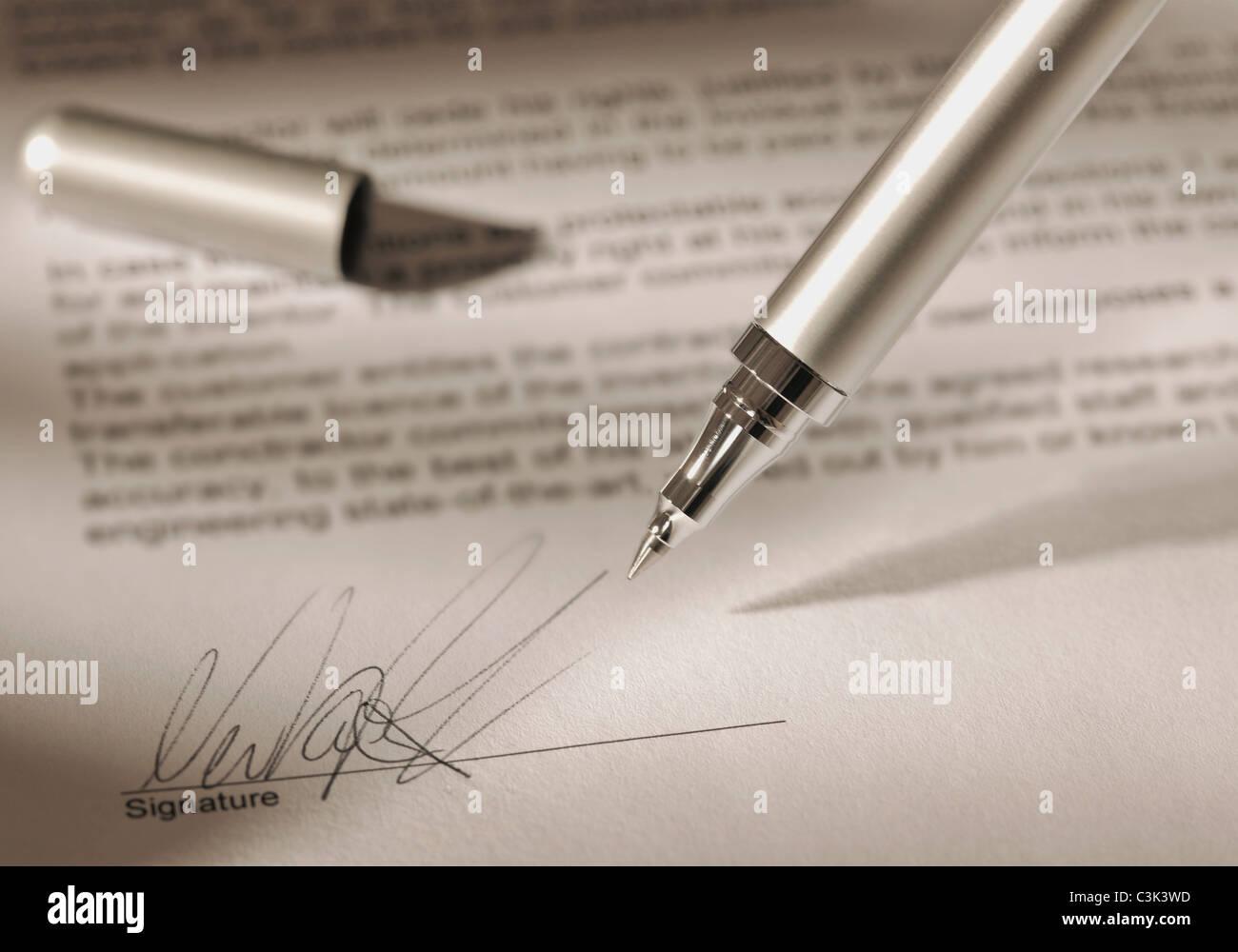 Pen mit Unterschrift auf Vertrag Stockbild