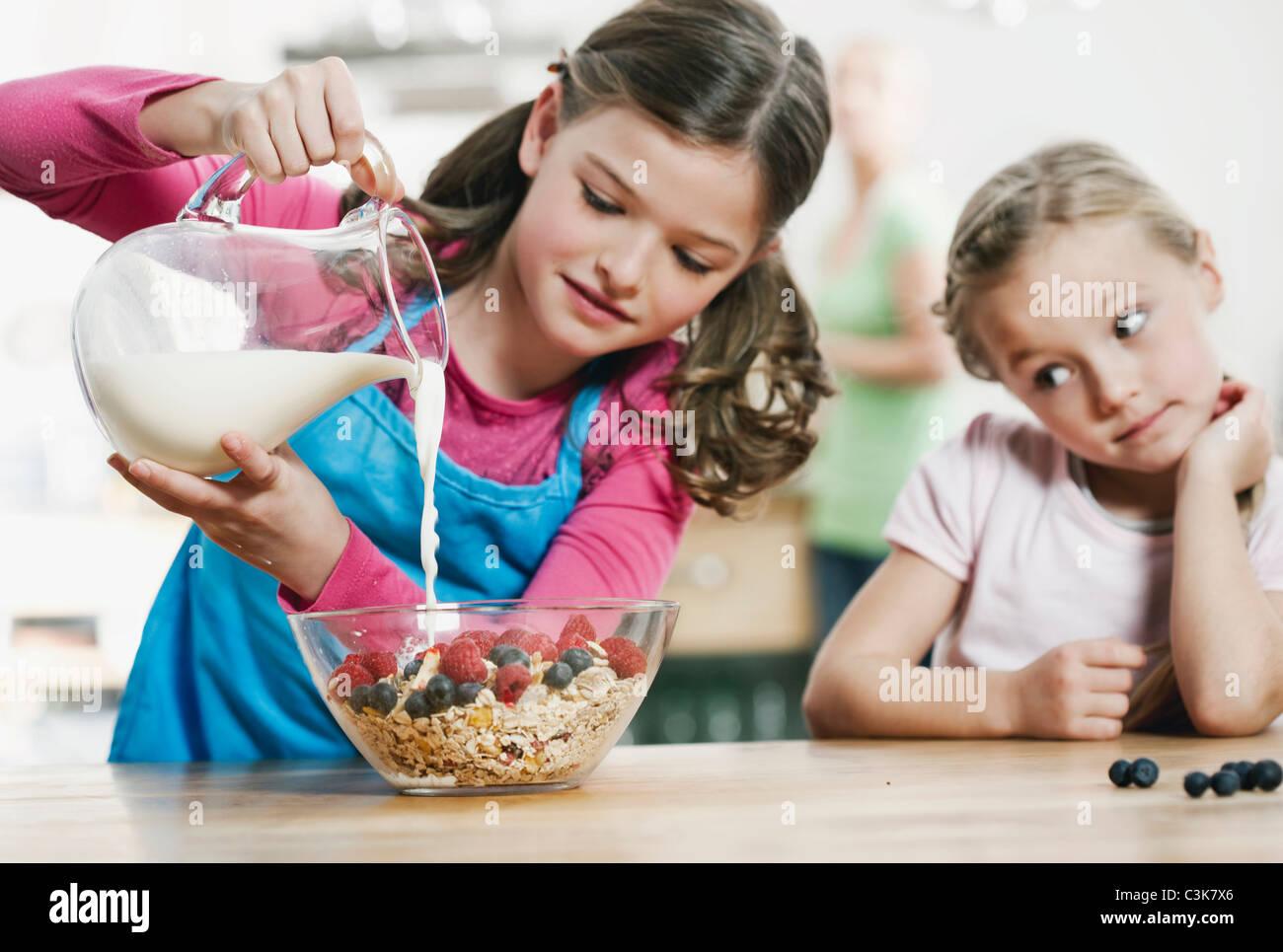 Deutschland, Köln, Kinder, die Zubereitung des Frühstücks in der Küche Stockbild