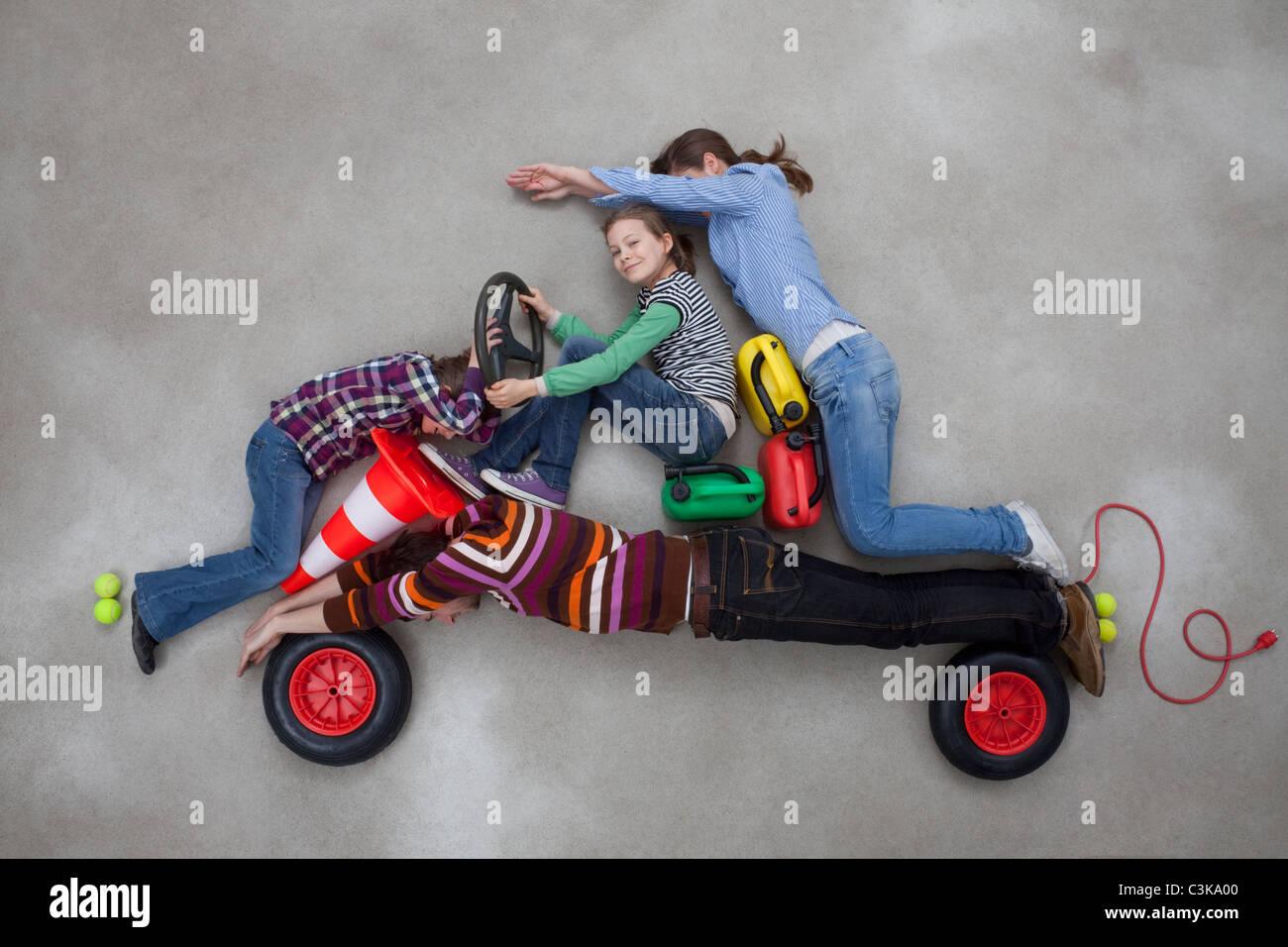 Menschen zusammen bilden die Form des Autos Stockbild