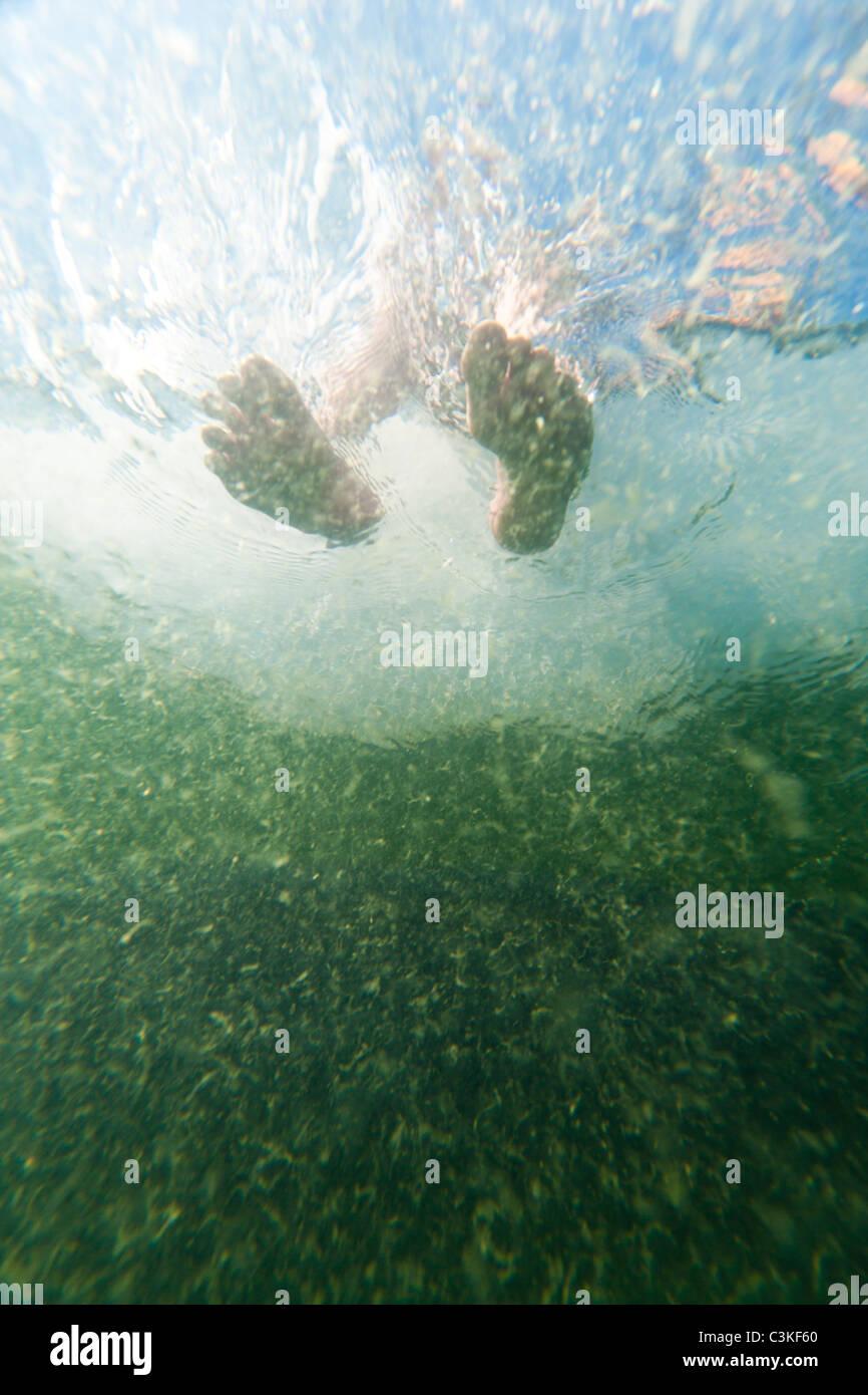 Niedrigen Winkel Ansicht der Füsse im Wasser Stockfoto