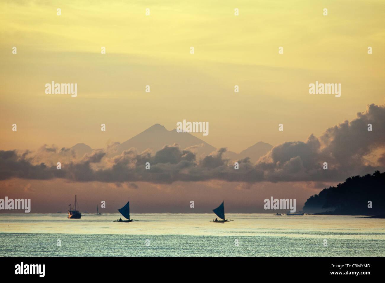 Indonesien, Insel Bali, in der Nähe von Tejakula Dorf, Gaia Oasis Resort. Sunrise. Fischer. Stockbild