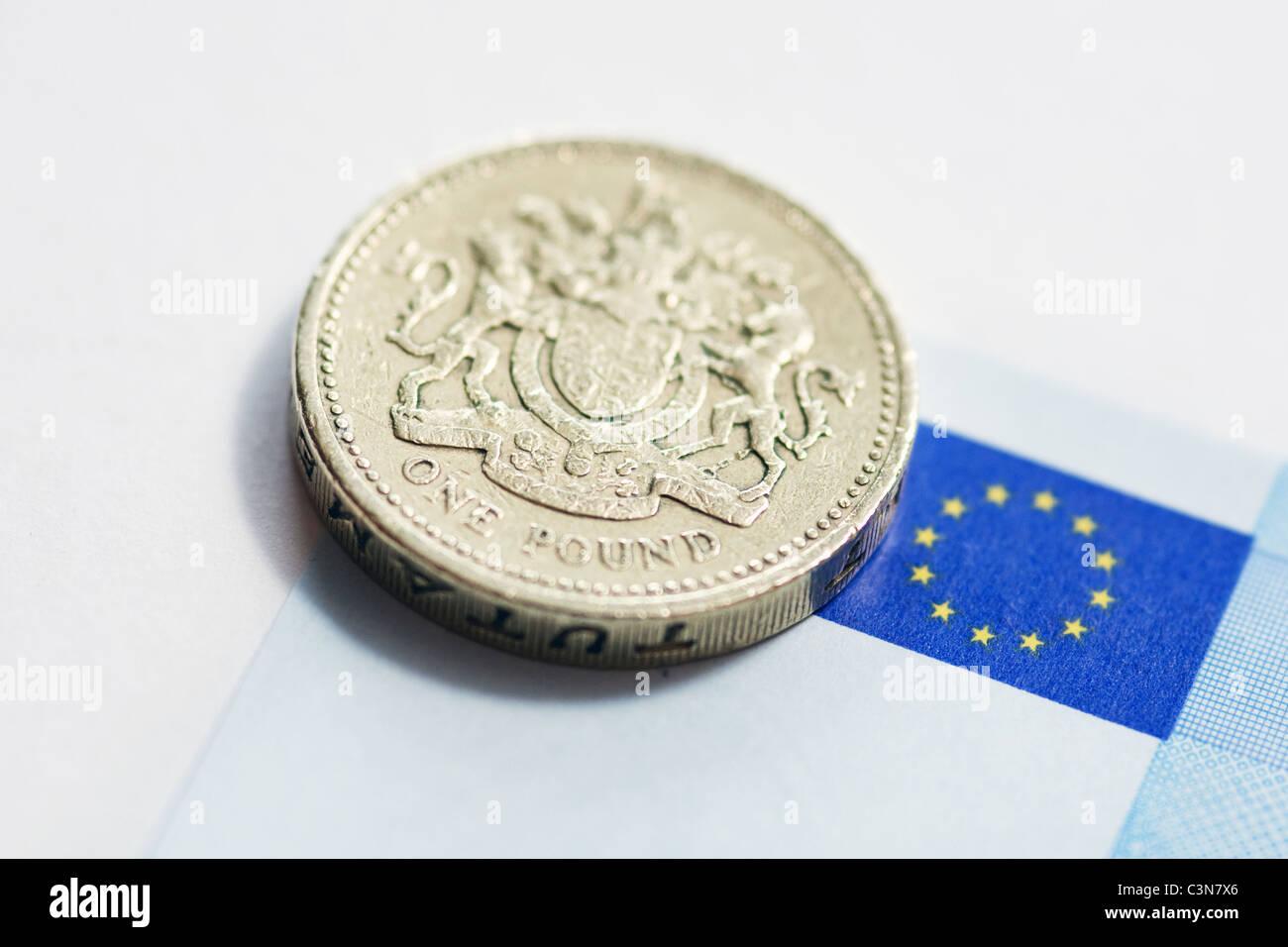 Britische Pfund-Münze auf einer Euro-Banknote Stockbild