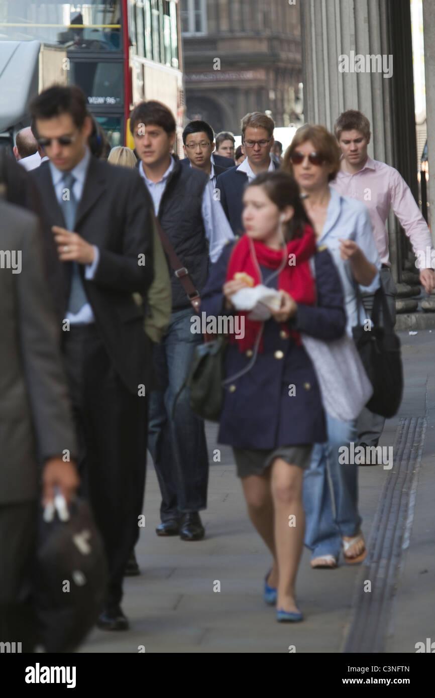 London City Pendler auf dem Weg zur Arbeit im morgendlichen Berufsverkehr, außerhalb der Bank of England, in Stockbild