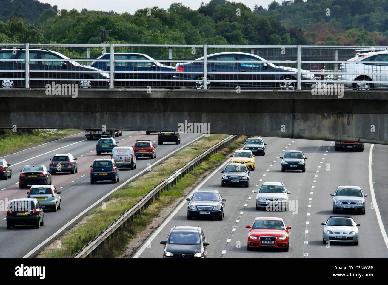 Starker Berufsverkehr auf der Autobahn. M3, Surrey. Stockbild