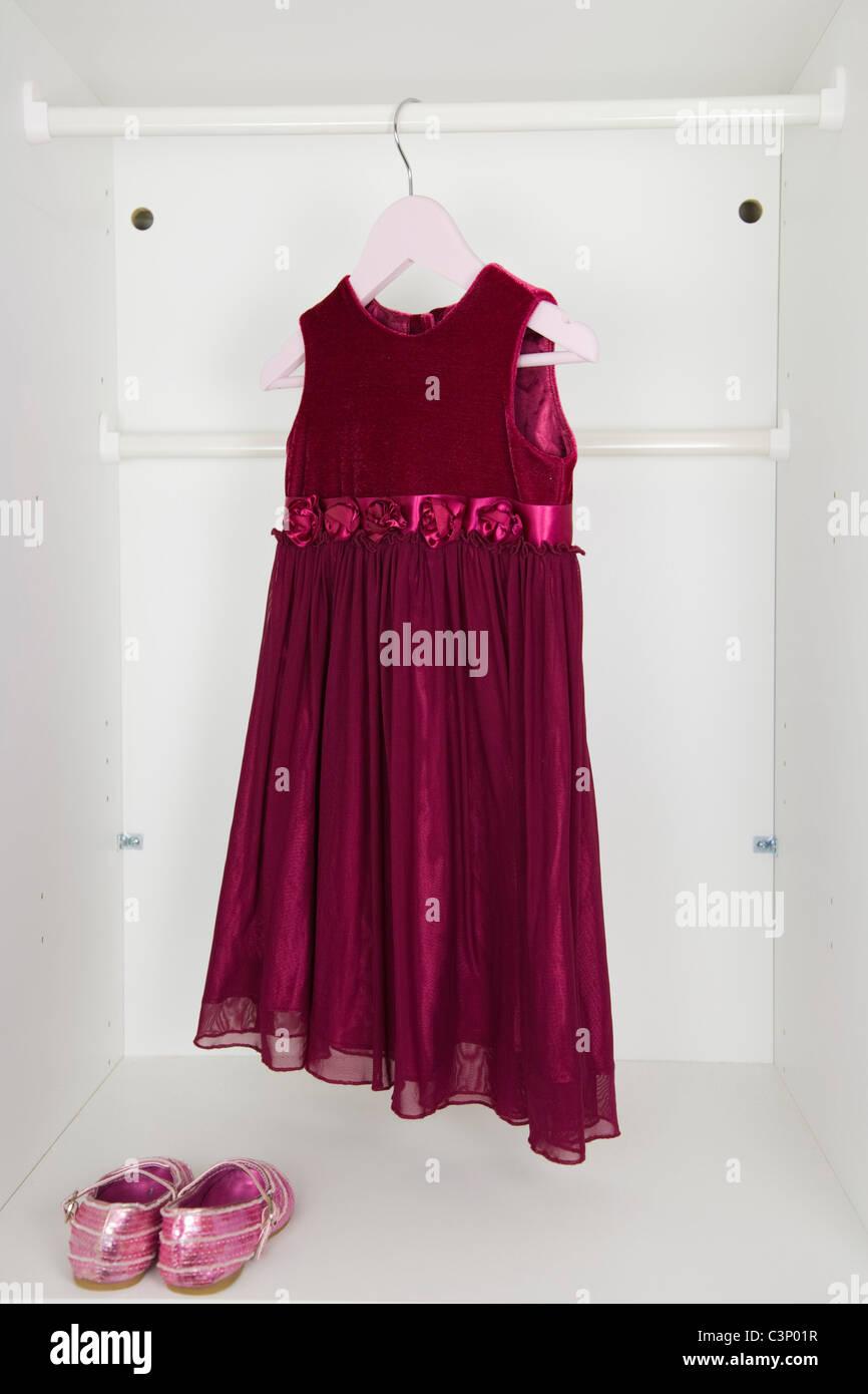 Kleine Mädchen Wein rotes Partykleid und rosa Pailletten-Schuhe in ...