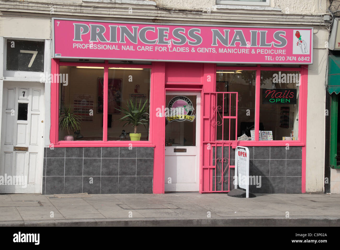 Nail Shop Stockfotos & Nail Shop Bilder - Alamy