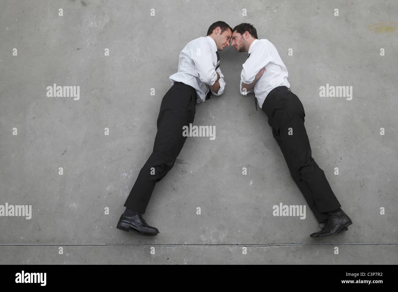 Zwei Geschäftsleute stehen im Gegensatz zur gegenüber, Porträt, erhöhten Blick Stockbild