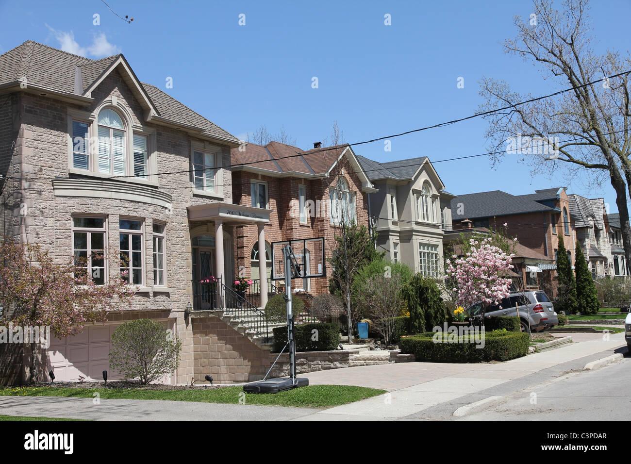 Nordamerikanische Vorort Straße mit modernen Häusern Stockfoto, Bild ...