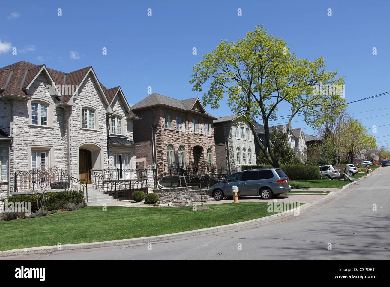 Typischen nordamerikanischen Vorort Straße mit modernen Häusern ...