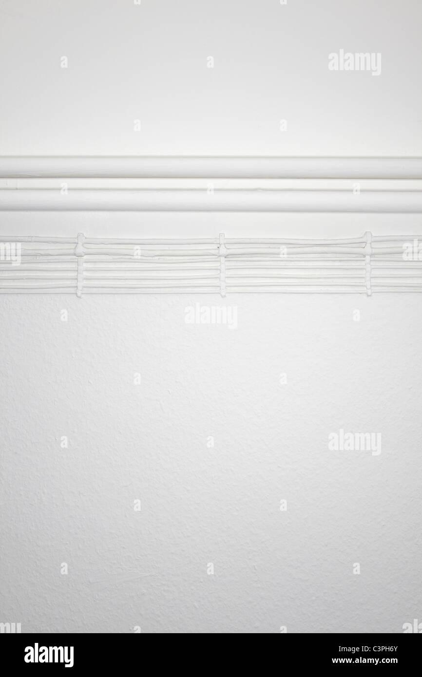 leitungen und elektrische kabel auf weißen wand stockfoto, bild
