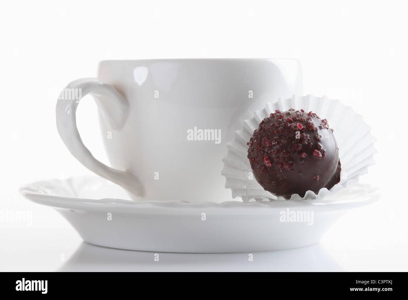 Kaffeetasse mit Schokolade auf weißem Hintergrund, Nahaufnahme Stockbild