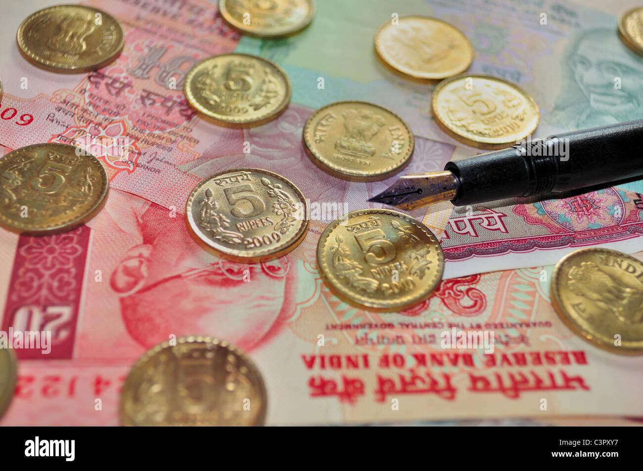 Indische Banknoten Der Bezeichnung Rs10 Und Rs5 Und Münzen