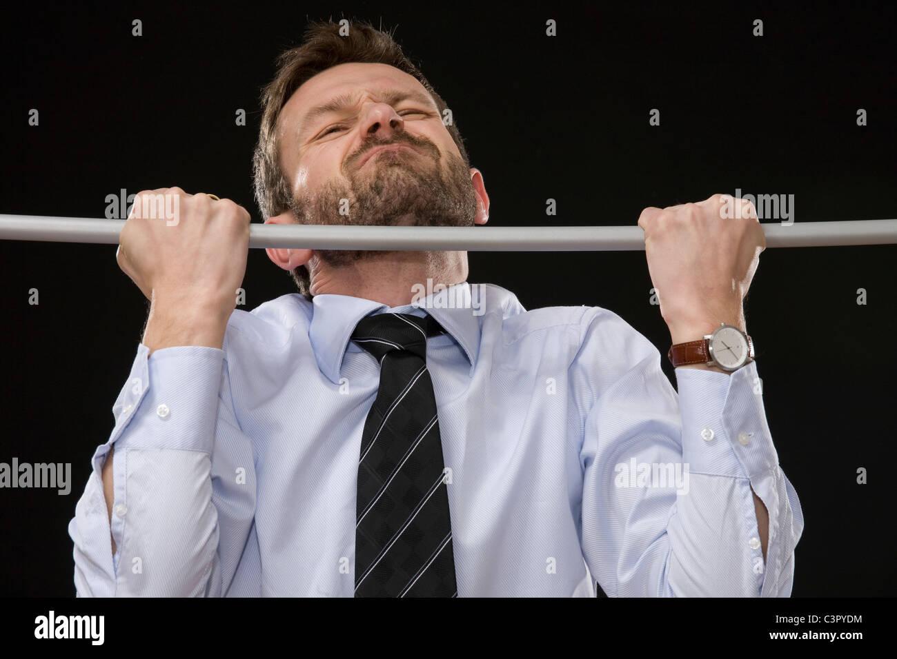 Geschäftsmann tun Klimmzüge, close-up Stockbild
