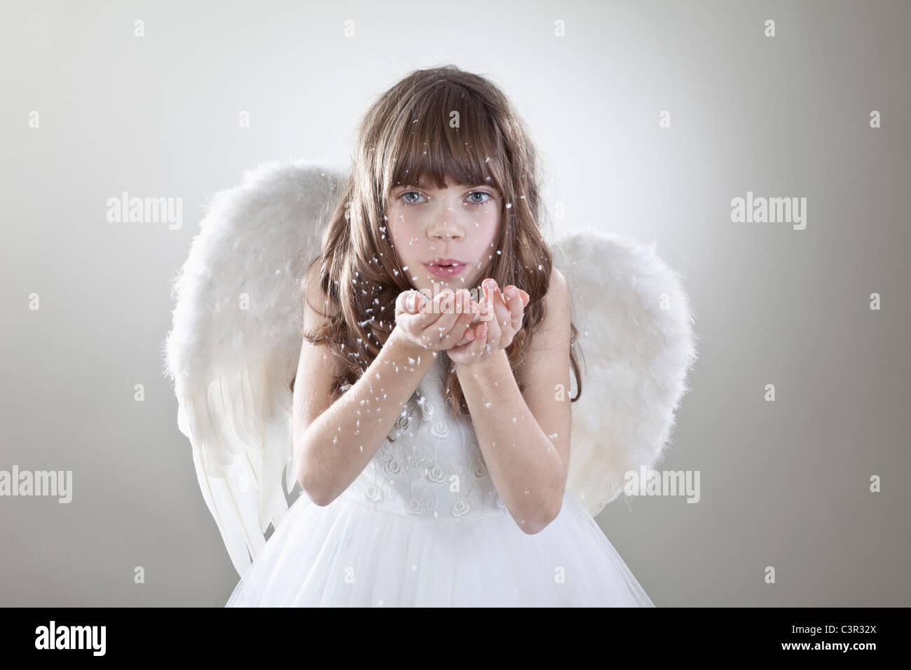 Mädchen (10-11 Jahre) weht Glitzer, portriat Stockbild