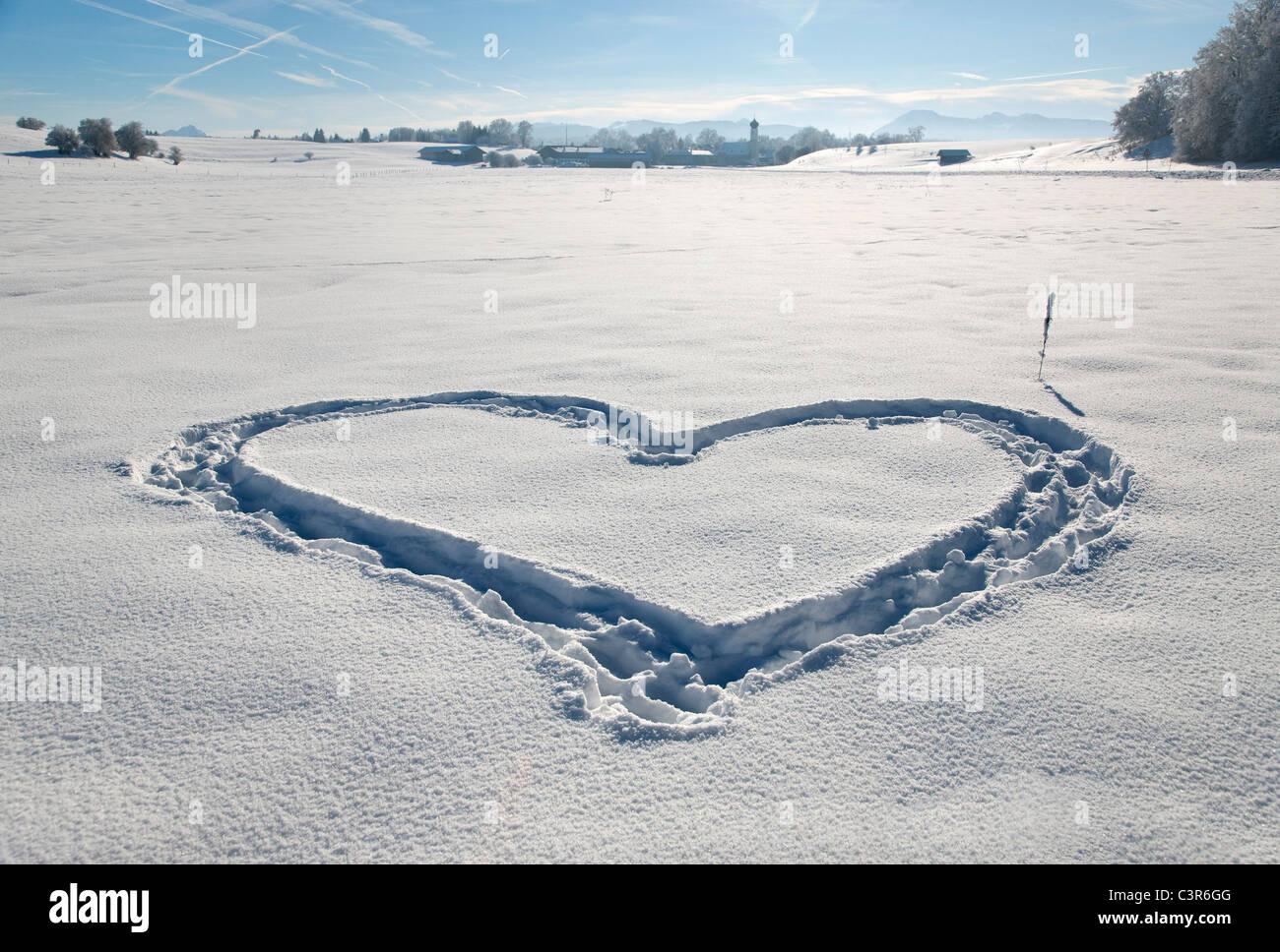 Herzform im unberührten Schnee Stockbild