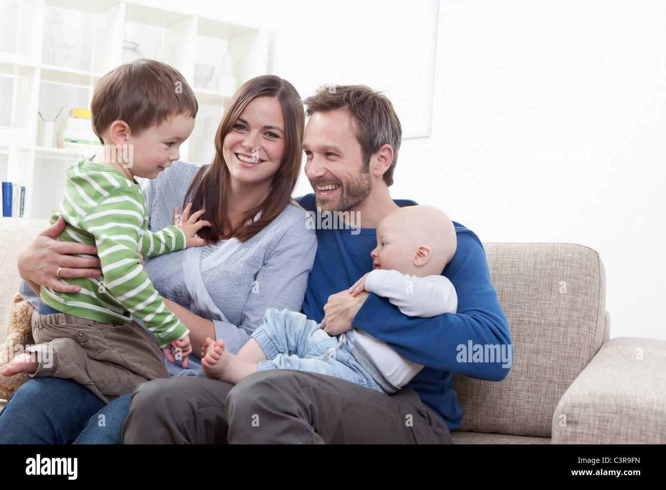 Deutschland, Bayern, München, Familie Spaß im Wohnzimmer, Lächeln ...