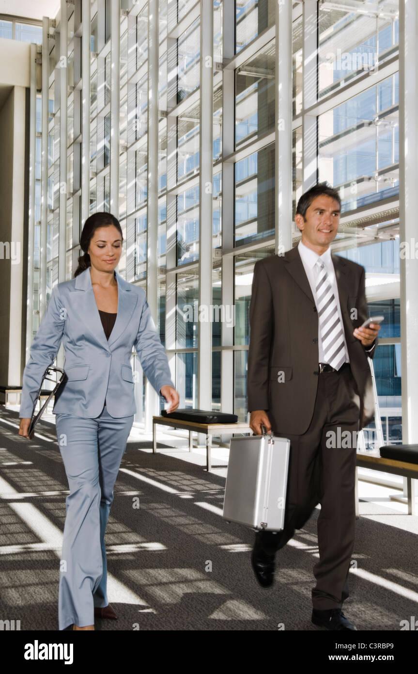 Geschäftsleute, die entlang eines Korridors Stockfoto