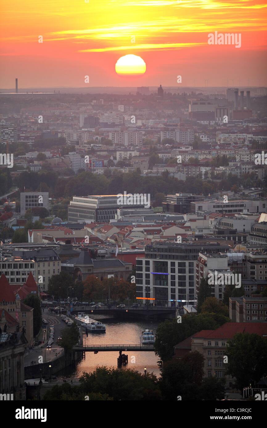 panorama der stadt bei sonnenuntergang berlin. Black Bedroom Furniture Sets. Home Design Ideas