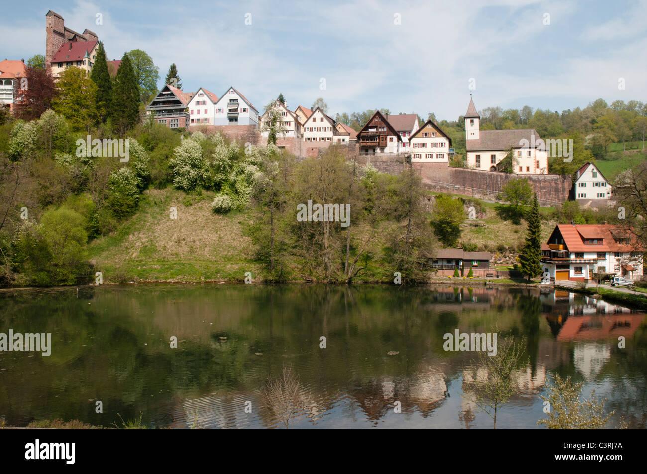 Altstadt von Berneck Mit der Durch Ihre Schildmauer Berühmten Burg Berneck, Landkreis Calw, Schwarzwald, Baden Stockbild
