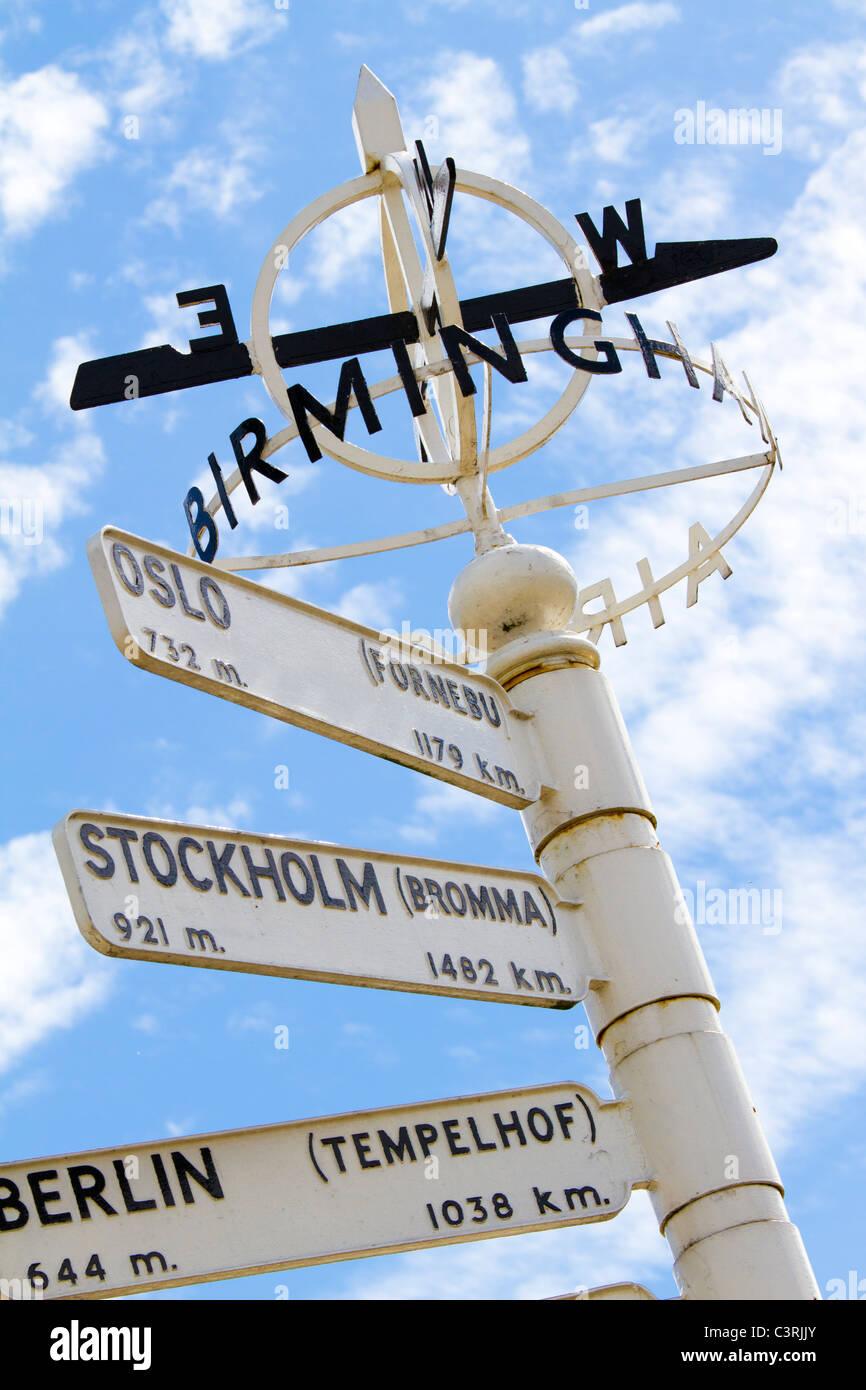 Finger-Post am Flughafen Birmingham International internationale Reiseziele hervorgehoben. Stockbild