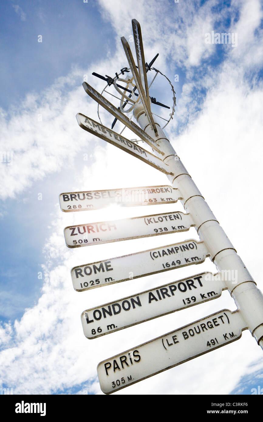 Finger-Post am Flughafen Birmingham, Hervorhebung Abstand zu internationalen Zielen. Stockbild