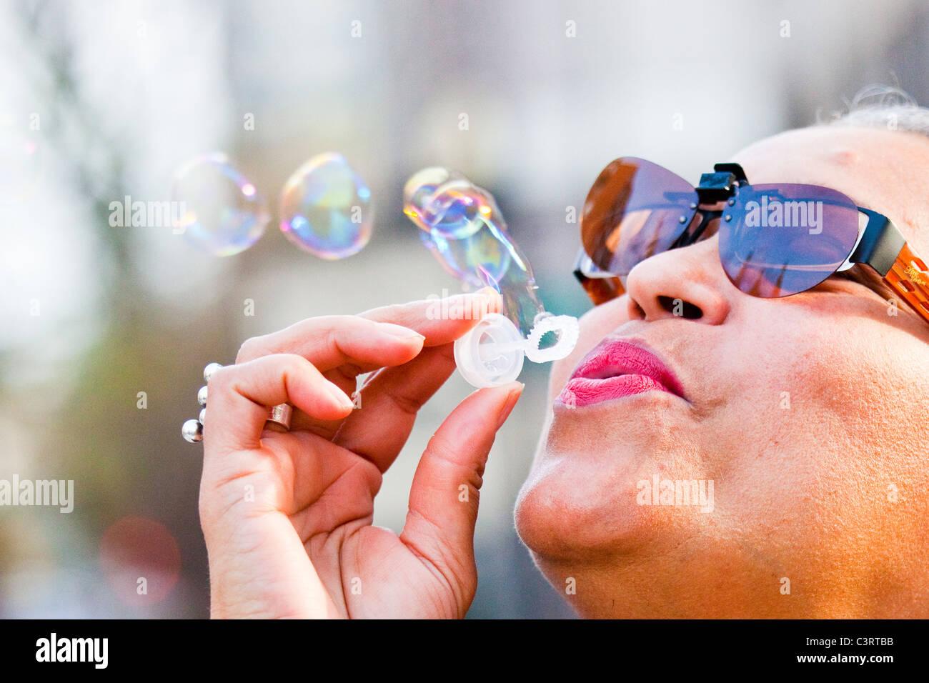 Frau bläst Seifenblasen in Washington, D.C. Stockbild