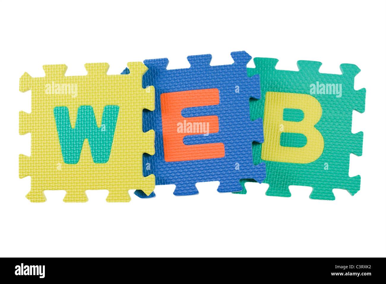 Alphabet-Blöcke bilden das Wort WEB auf weißen Hintergrund isoliert Stockbild