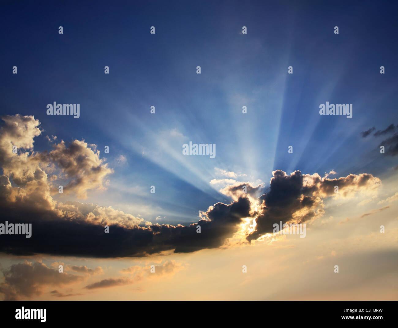Wolken und Sunburst am späten Nachmittag, Sonnenuntergang Wolkengebilde, Ohio, USA Stockbild