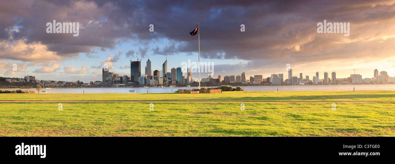Panorama des South Perth Vorland, australische Flagge, Swan River und Perth Stadt bei Sonnenaufgang. Western Australia, Stockbild
