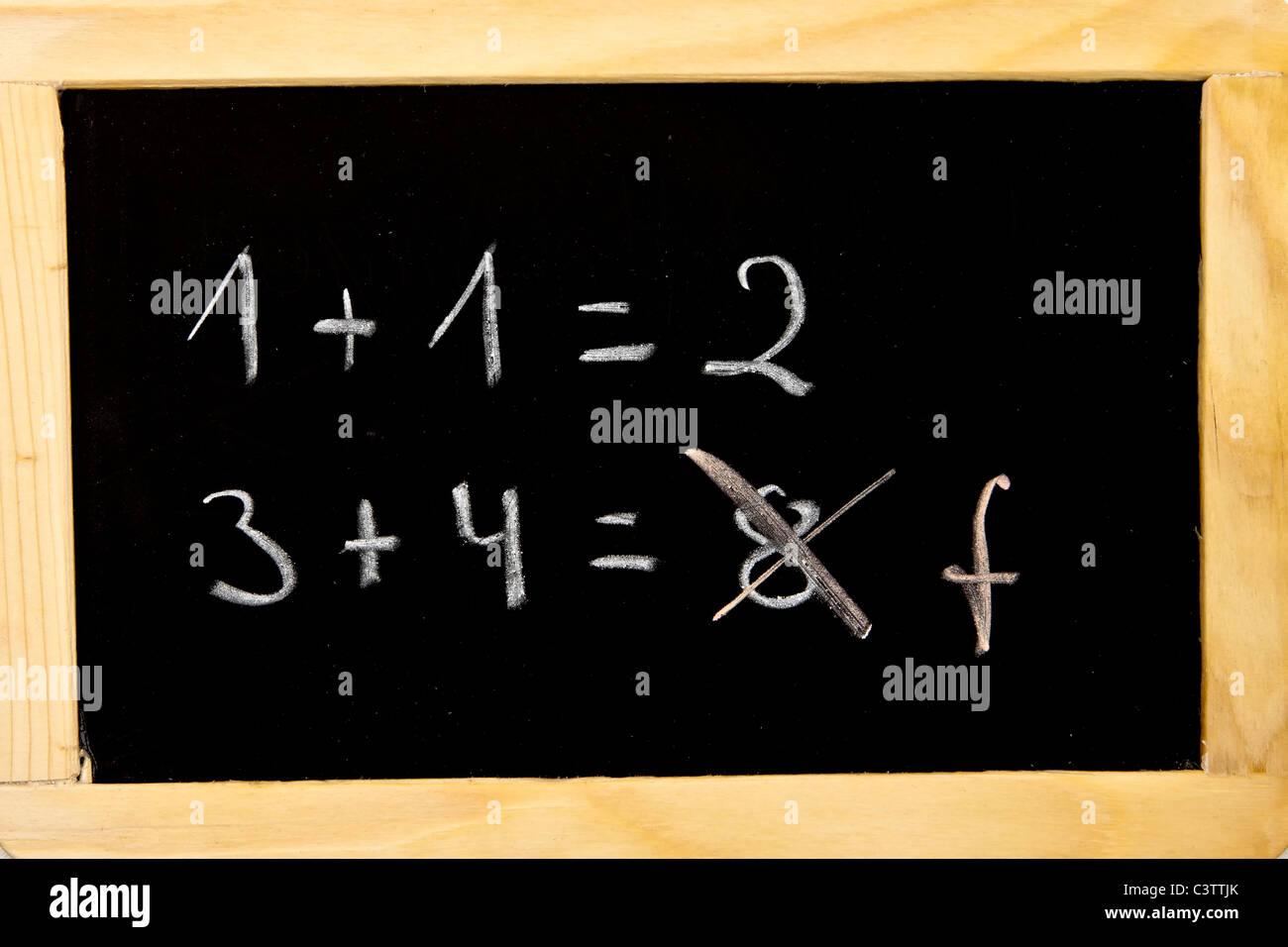 ein Fehler in der Berechnung auf einer Kreidetafel Stockbild