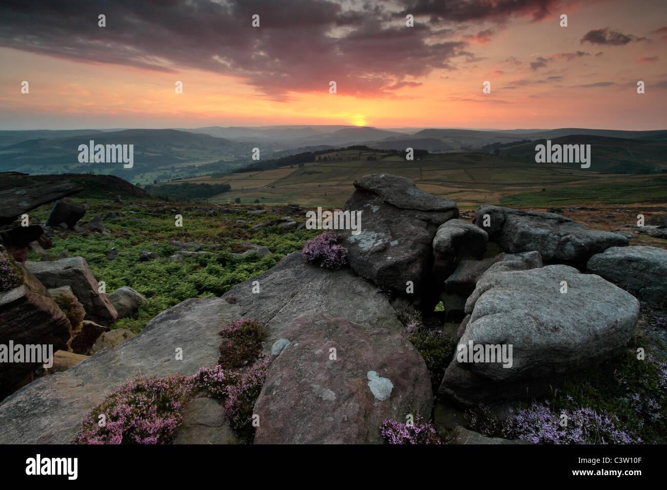 Sonnenuntergang über die felsige Landschaft des Peak District in der Nähe von Owler-Tor in der Nähe Stockbild