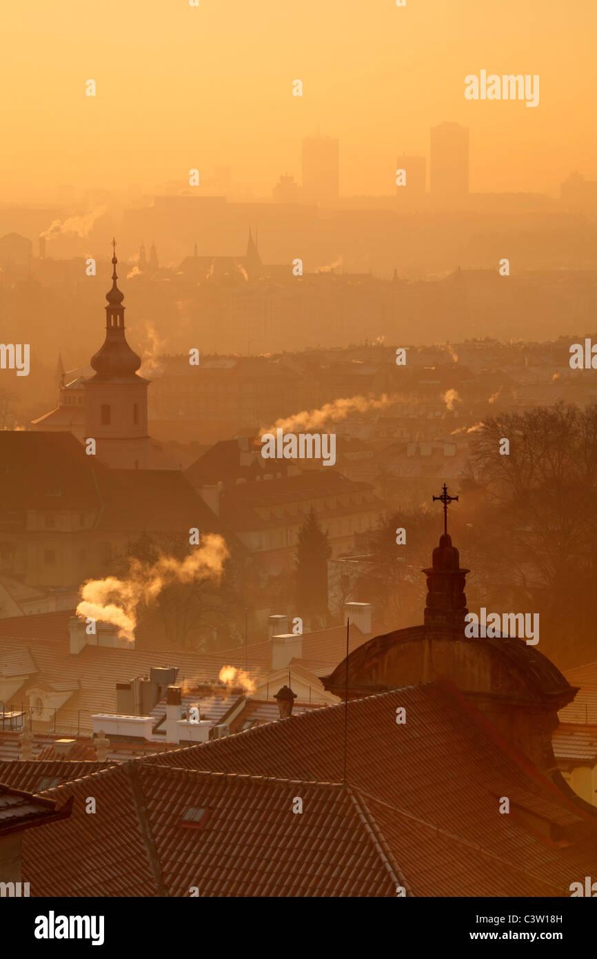 Sonnenaufgang über Prag mit der reich verzierten Kuppel der Kathedrale St. Nikolaus auf der Kleinseite Stockfoto