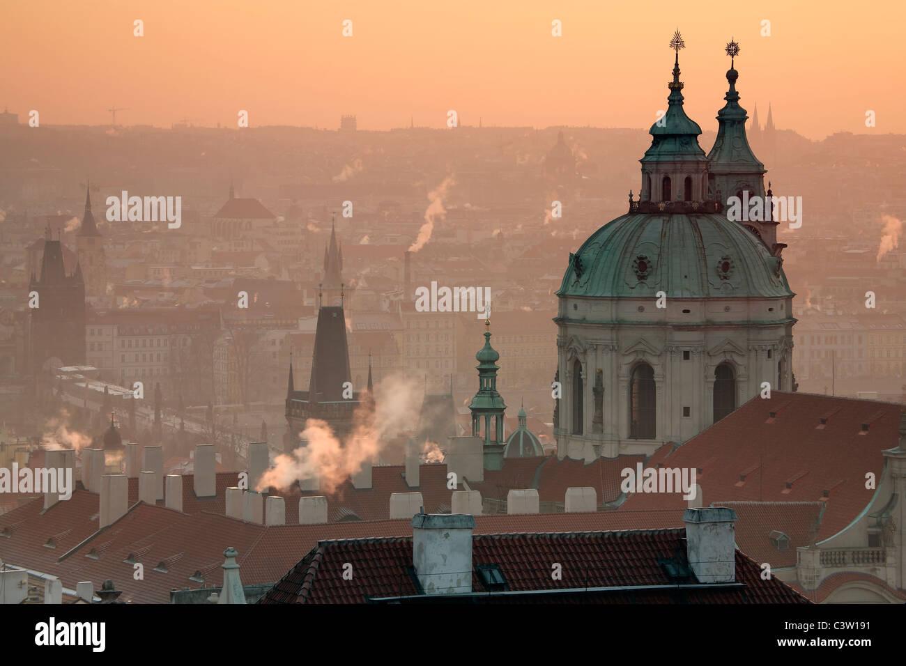 Sonnenaufgang über Prag mit der reich verzierten Kuppel der Kathedrale St. Nikolaus auf der Kleinseite Stockbild