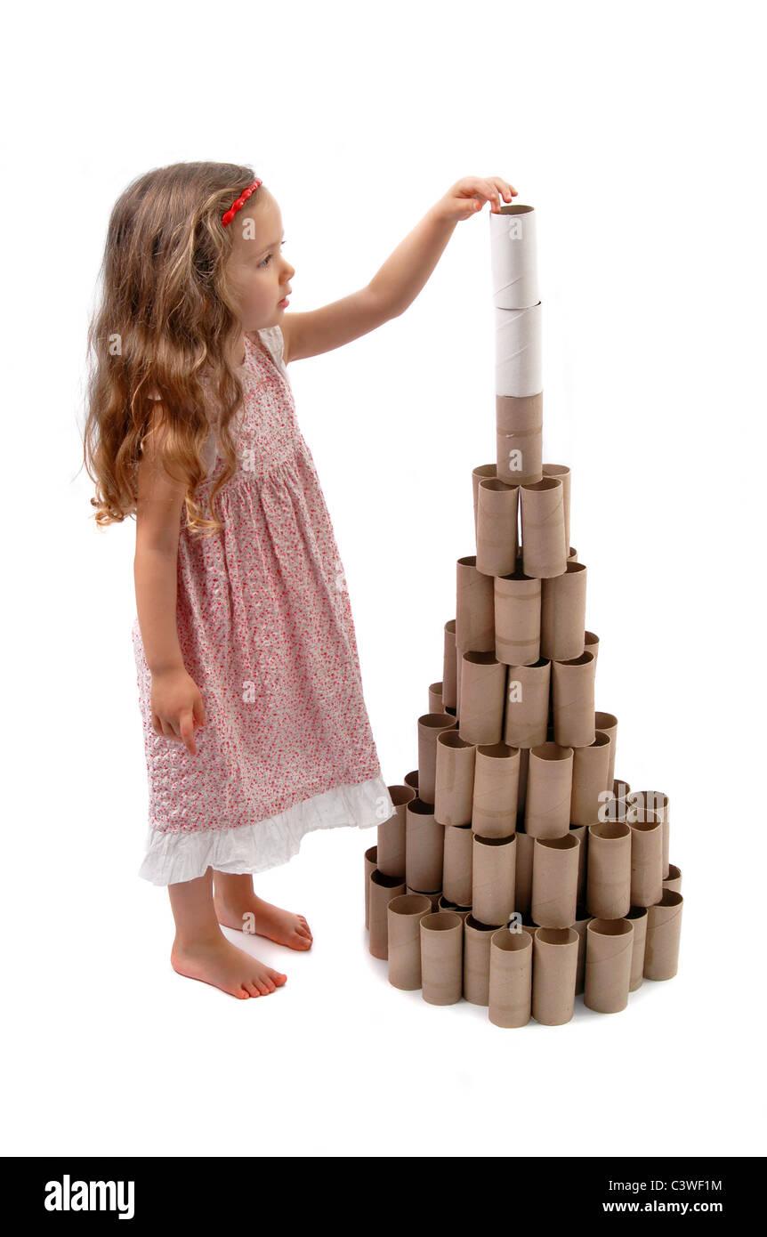kleines m dchen macht einen weihnachtsbaum mit karton rollen toilettenpapier stockfoto bild. Black Bedroom Furniture Sets. Home Design Ideas