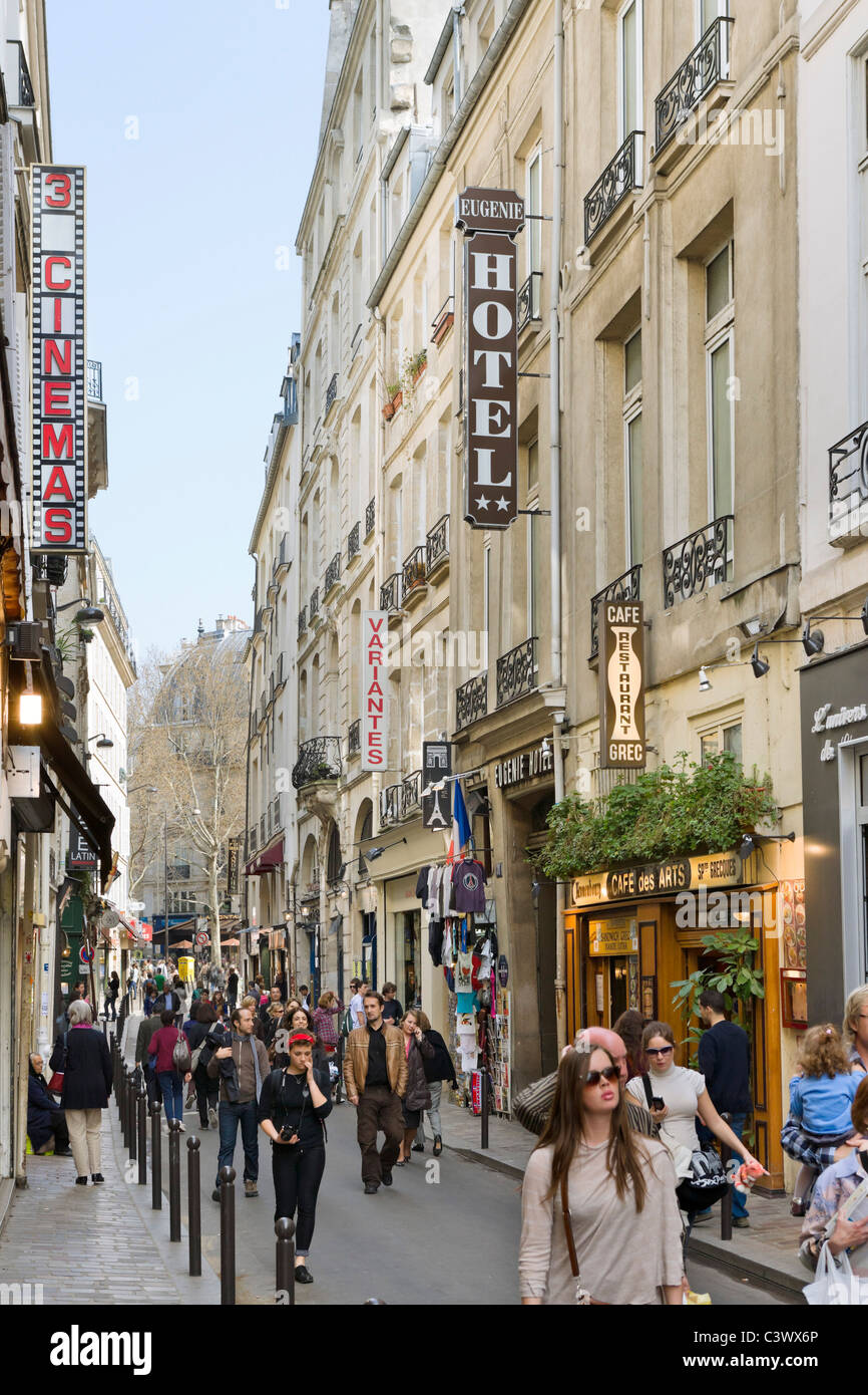 gesch fte auf der rue st andre des arts viertel saint germain paris frankreich stockfoto. Black Bedroom Furniture Sets. Home Design Ideas
