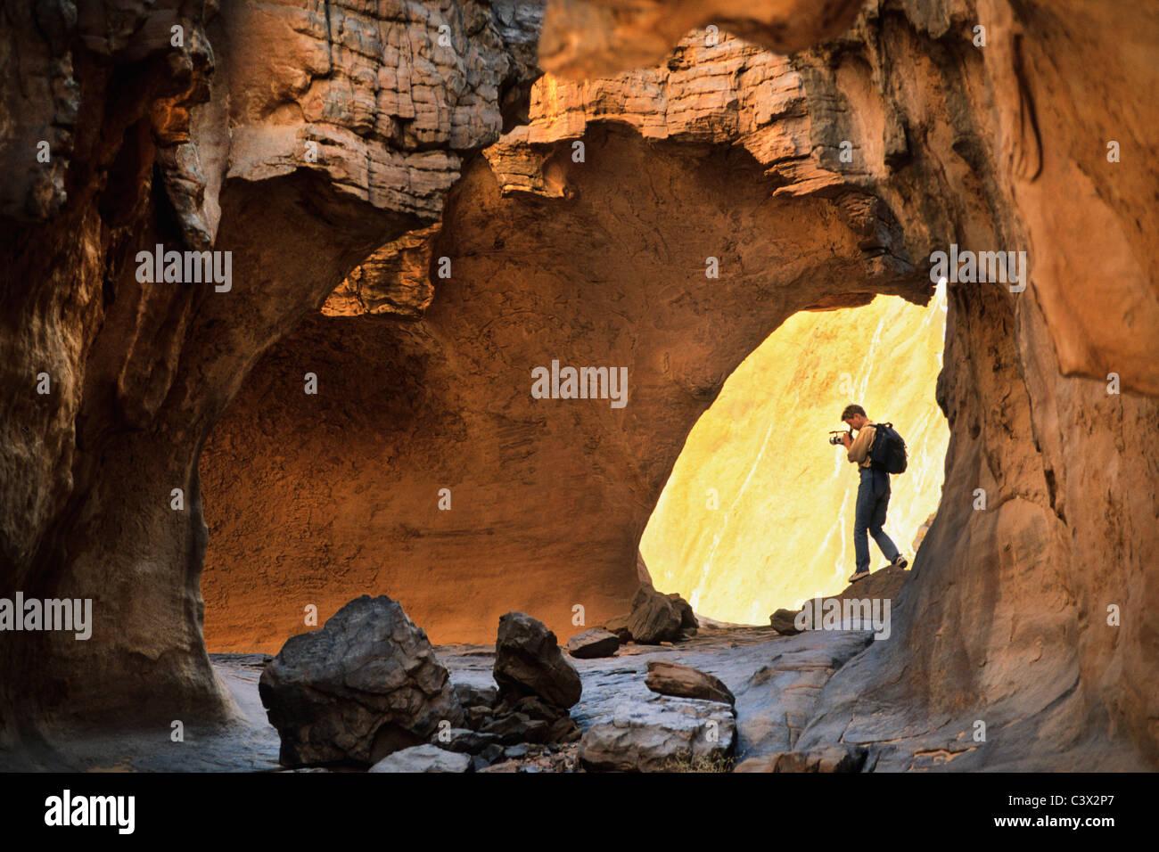 Algerien, Djanet. Nationalpark Tassili n ' Ajjer. UNESCO-Weltkulturerbe. Touristen machen Video/Film. Wüste Stockbild