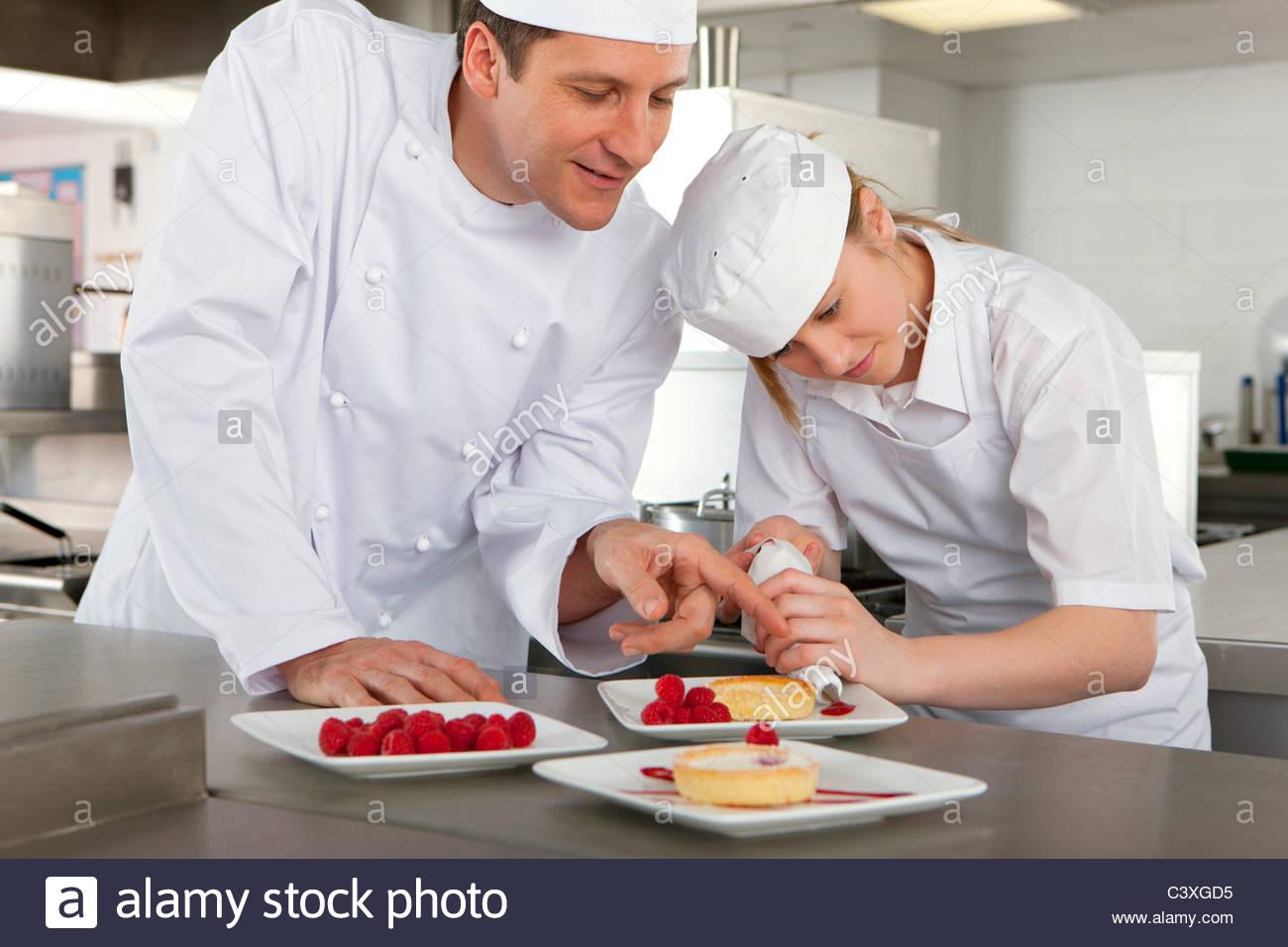 Koch In Der Küche | Koch Azubi Beizubringen Gourmet Dessert In Grosskuche Garnieren