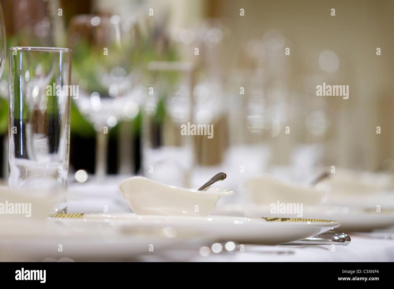 Fine-dining-Restaurant. Weingläser auf dem Tisch. Stockbild