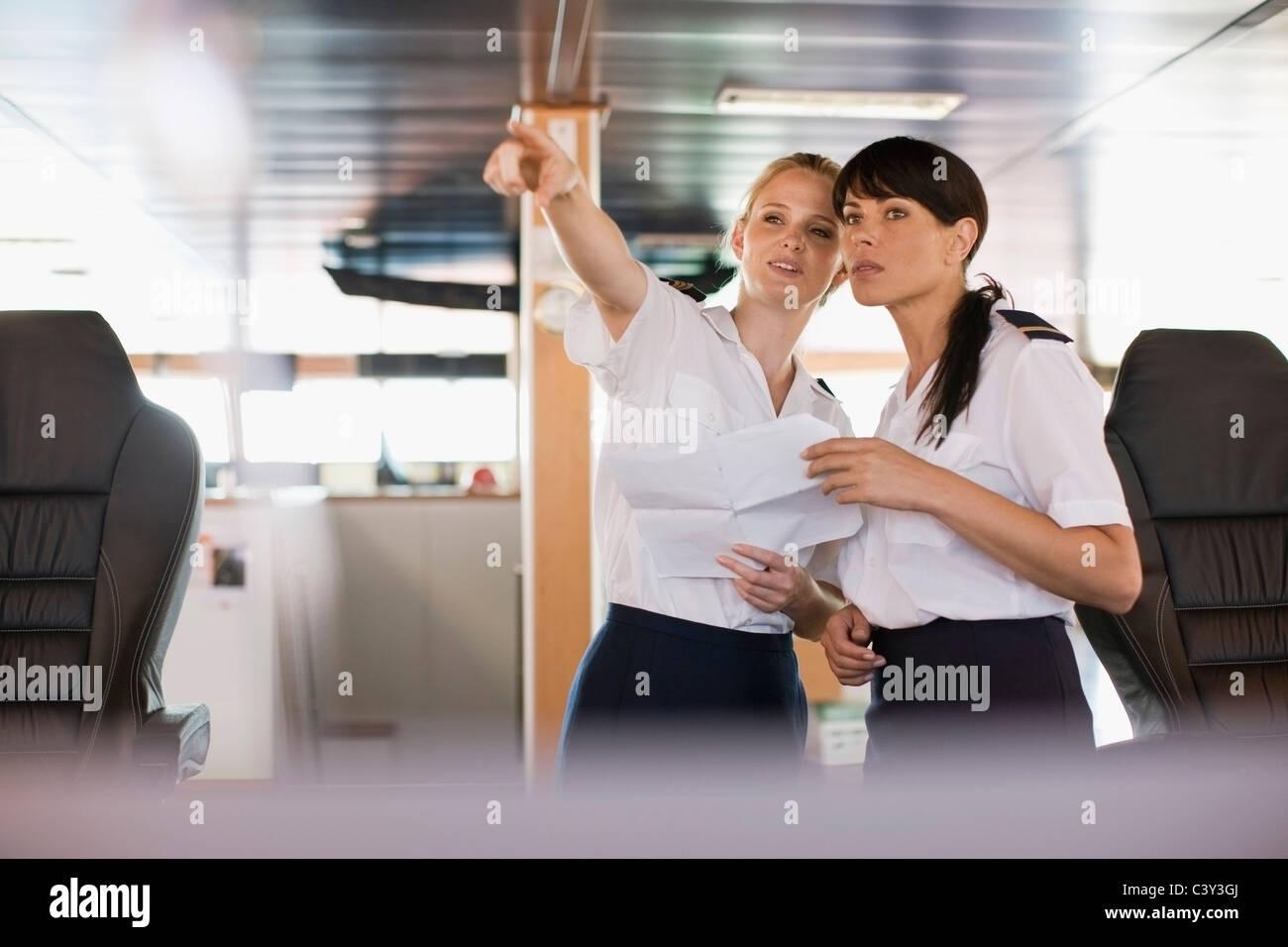 Frauen bei der Arbeit auf einem Schiff Stockbild